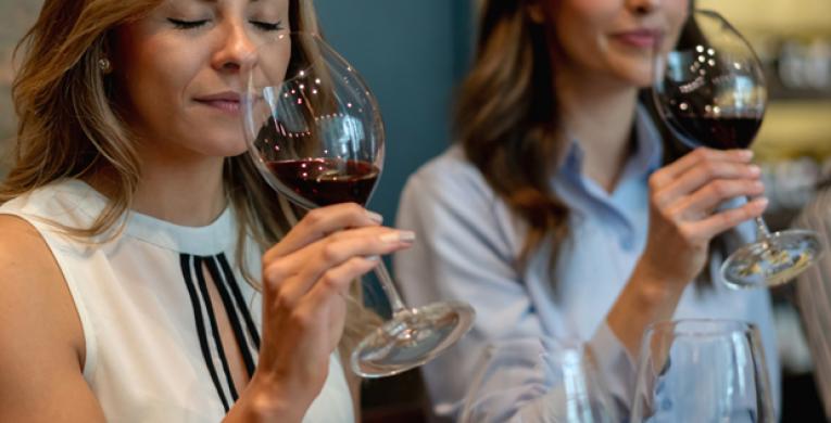 Como as mulheres que gostam de vinhos podem aprender a degustar on-line